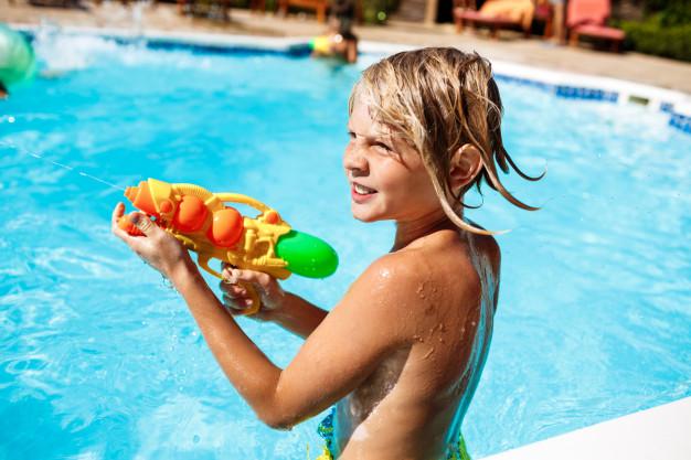 pistolas, balões e as bolas de água