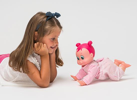 boneca aprende a gatinhar